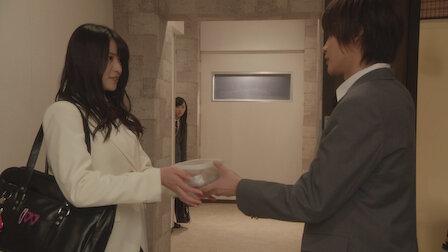 觀賞兩人成伴三人亂。第 1 季第 16 集。